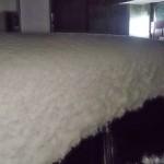 雪に埋もれかけている道具配送車